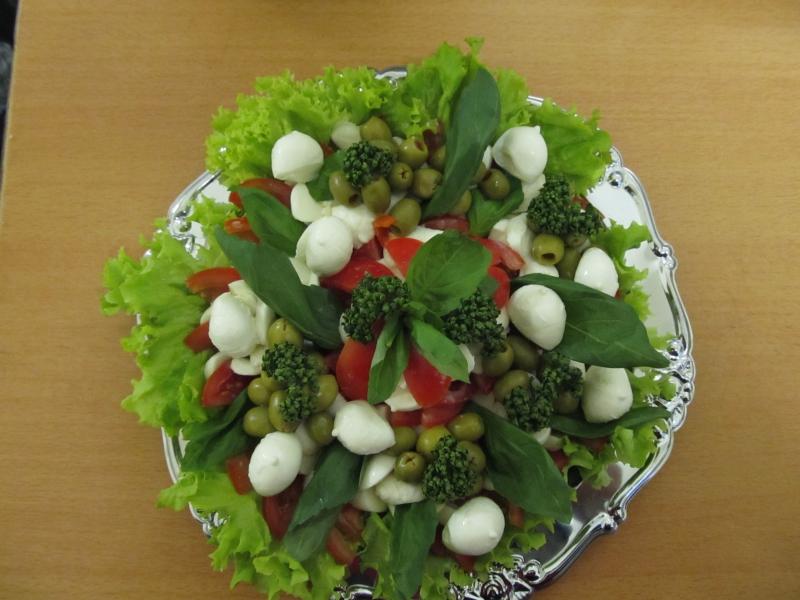 Salát s olivami a mozzarellou